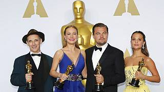 Leonardo DiCaprio Oscar heykeline kavuştu