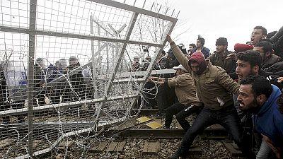 Graves incidentes entre policía y refugiados en la frontera greco-macedonia