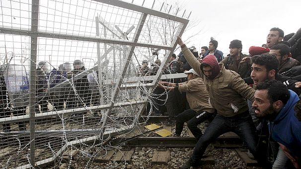 Des migrants repoussés par des gaz lacrymogènes à la frontière gréco-macédonienne