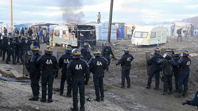 Dismantling the Calais 'Jungle' camp begins