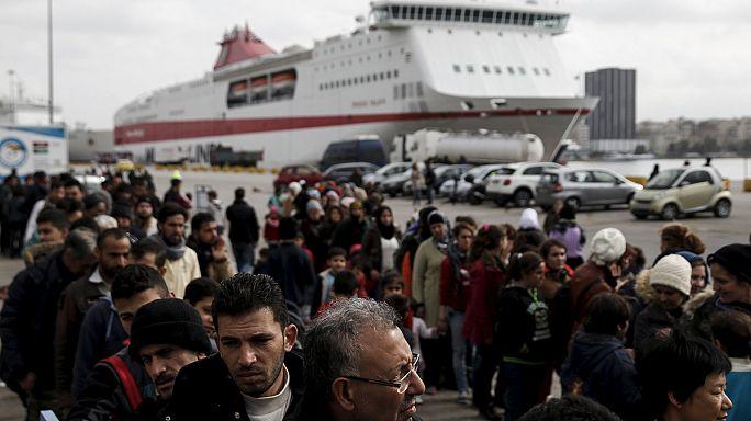 Греция: несмотря на хаос на границе, беженцы прибывают в порт Пирей