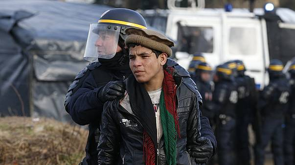 """Importantes altercados durante el comienzo del desmantelamiento de la """"Jungla"""" de Calais"""