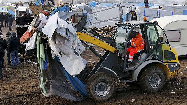 Calais'deki göçmen kampının tahliyesine bir gün ara