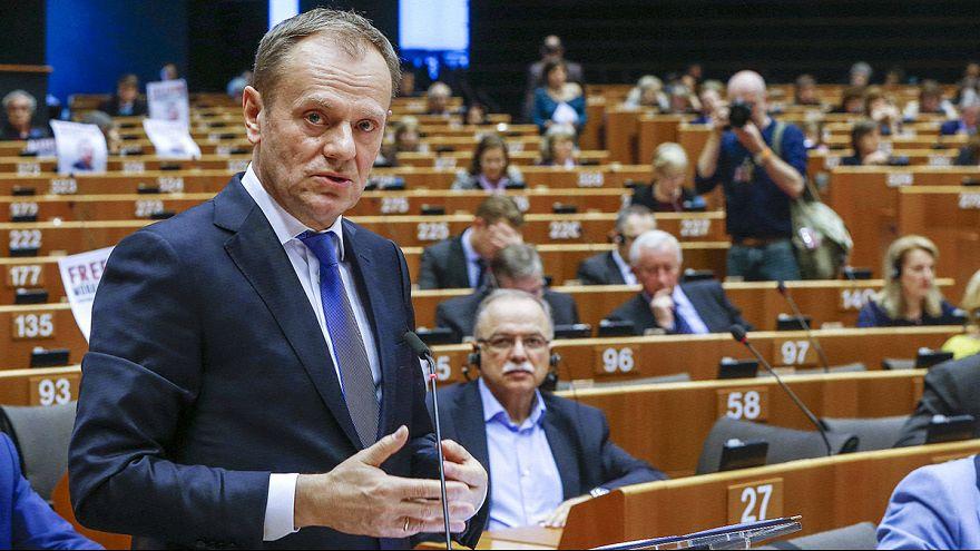 Migrações: Tusk percorre rota dos Balcãs para preservar Schengen