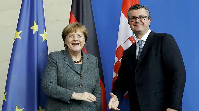 Merkel: el kell osztani a tagállamok között a Görögországba érkezett menekülteket