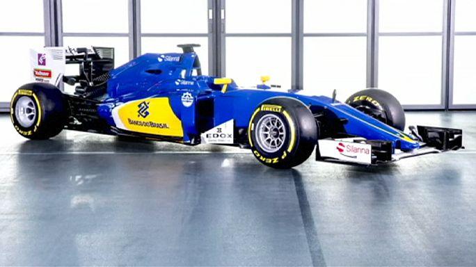 """عرض سيارتي """"صوبر فيراري"""" و """"تورو روسو"""" في برشلونة قبل الجائزة الكبرى في استراليا"""