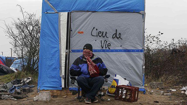 """لاجئة تقطع معصمها عقب إخلاء """"مخيم الغابة"""" في كاليه الفرنسية"""