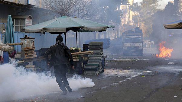 Confrontos entre manifestantes pró-curdos e polícia turca em Diyarbakir