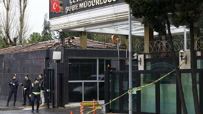 Rendőrökre támadt két nő Isztambulban