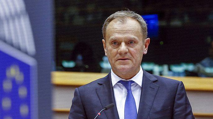 Donald Tusk azt üzeni a gazdasági migránsoknak, hogy ne jöjjenek Európába