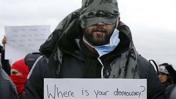 """Calais: refugiados iraníes se cosen los labios en protesta contra el desmantelamiento de """"la jungla"""""""