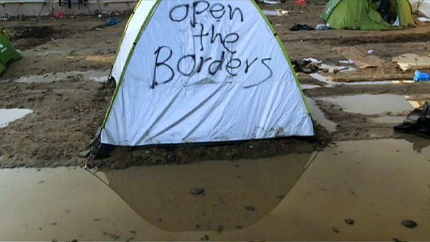 Migranti: nelle tende inondate del campo di Idomeni