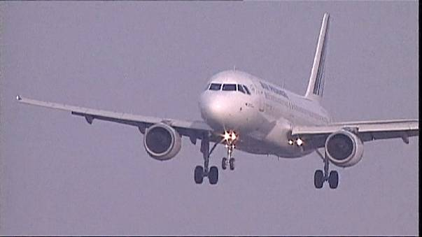 طائرة دون طيار تحلق حذو طائرة آرباص في فرنسا