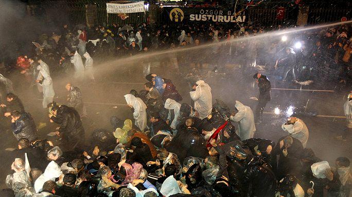 Tüntetés egy török szerkesztőségi razzia ellen