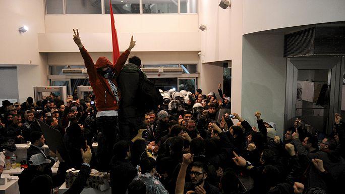 Zaman: tüntetés és rendőrök az újság székháznál