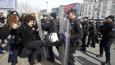 La policía turca dispersa con balas de goma una marcha de mujeres en Estambul