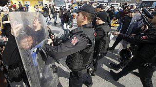 Violenta represión de la marcha por el Día de la Mujer en Estambul