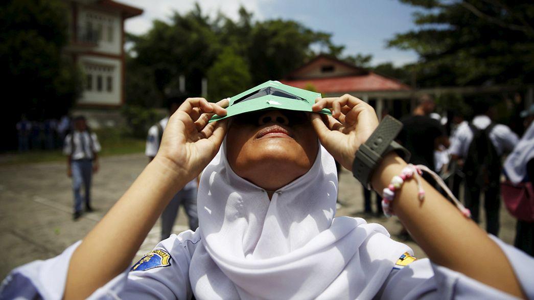 Eclissi totale di sole: in Indonesia e Thailandia tutti col naso all'insù