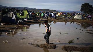 """A segélyszervezetek szerint több mint 50 ezer menedékkérő esett """"csapdába"""" Görögországban"""