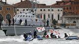 أهالي البندقية يحتجون ضد السماح للسفن السياحية الكبرى بالرسو في مدينتهم