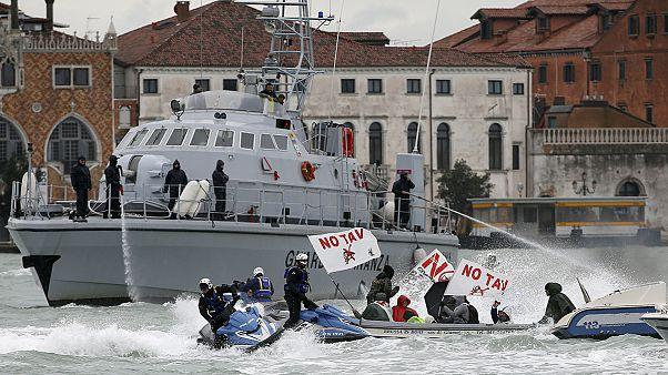 Batalha naval entre polícia e manifestantes em Veneza