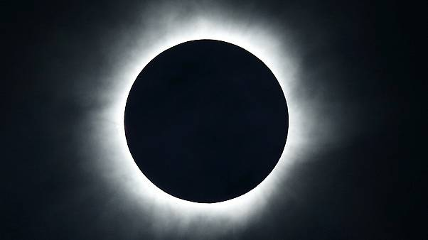 Indonesiani estasiati davanti all'eclissi totale di sole
