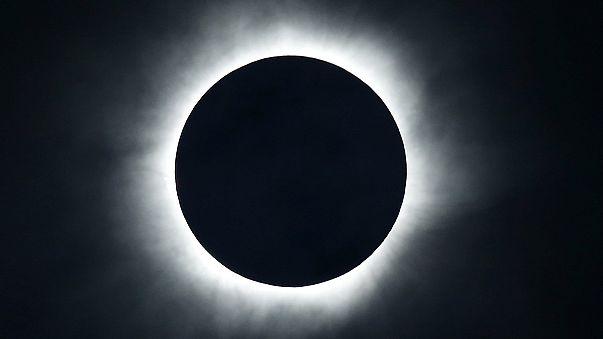 Жителям Индонезии повезло увидеть полное солнечное затмение