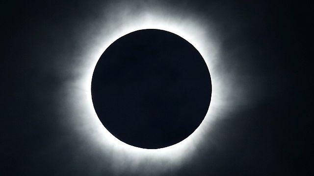 Endonezya'da 33 yıl aradan sonra tam güneş tutulması gözlemlendi