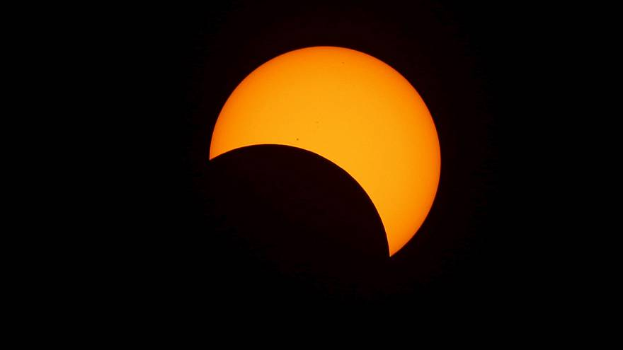 Los indonesios disfrutan del eclipse total de sol
