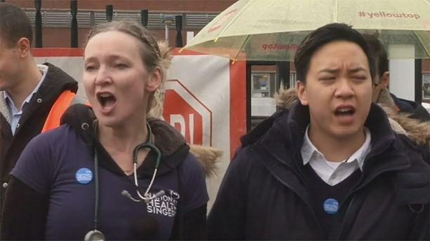 """Los médicos residentes de Inglaterra """"cantan"""" durante la huelga"""