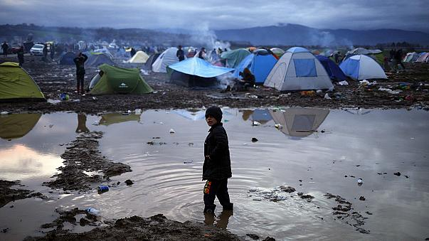 اللاجئون العالقون في اليونان بانتظار فتح طريق البلقان