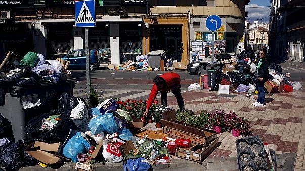 """القمامة تتراكم في """"مالقة"""" بسبب إضراب عمال النظافة"""