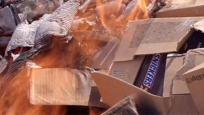 Tonlarca çikolata bomba çukurunda yakıldı