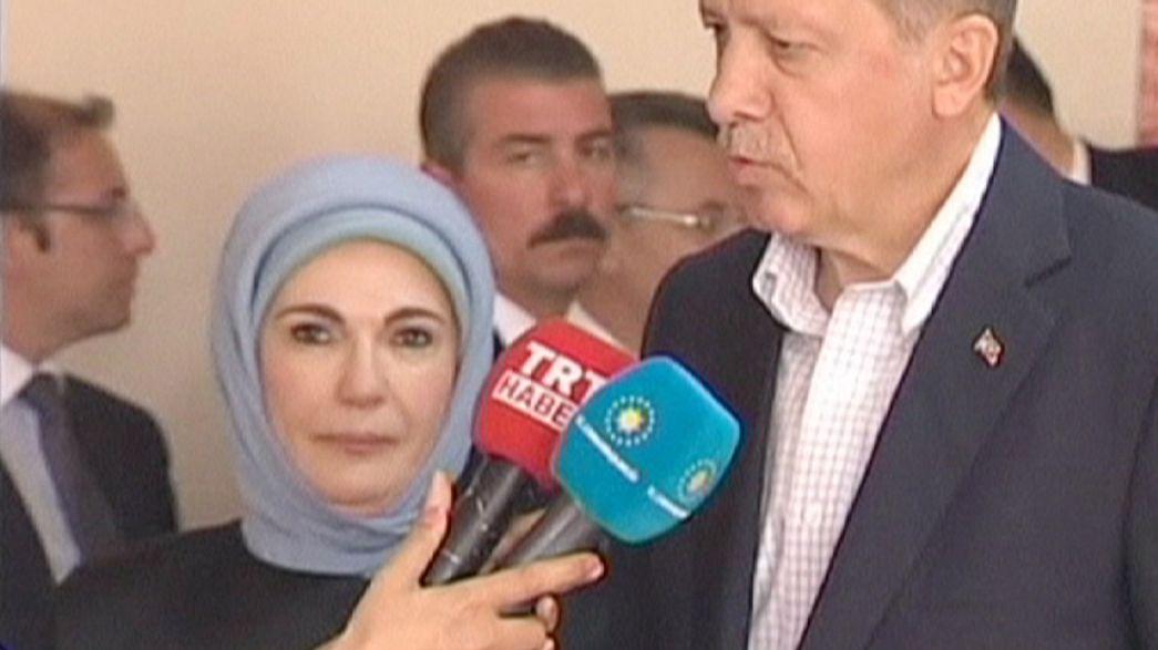 """Primeira-dama da Turquia defende o harém como """"uma escola para preparar as mulheres"""""""