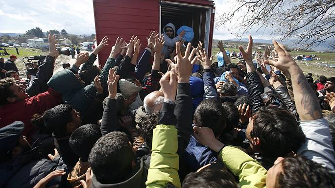 Migrants fight for free bread and eggs at Greek-Macedonian border