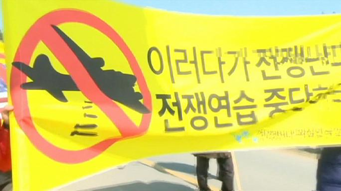 Az amerikai és dél-koreai hadgyakorlat befejezéséért tüntettek