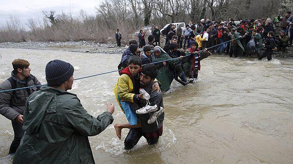 Un millar de refugiados burla la seguridad macedonia vadeando un río cercano a Idomeni