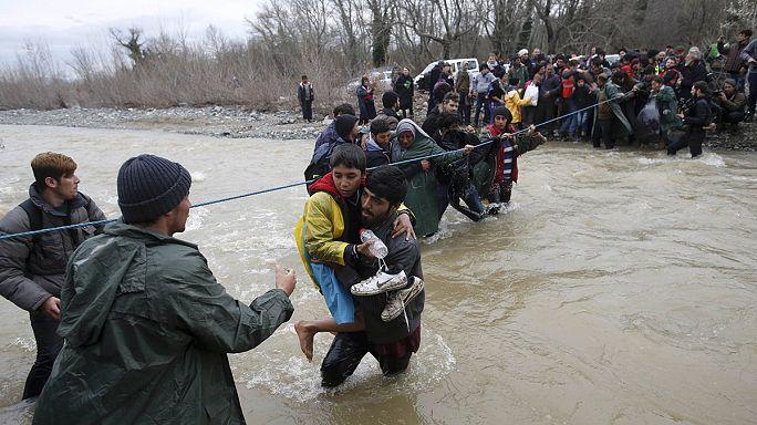 Sınır kapısında durdurulan sığınmacılar kendilerini nehrin sularına bıraktı