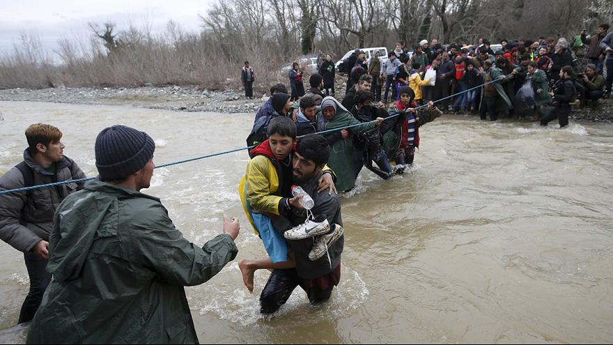 Egy folyón jutott át több száz menekült Görögországból Macedóniába
