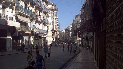 Alger : des chanteurs de rue réveillent la dame blanche
