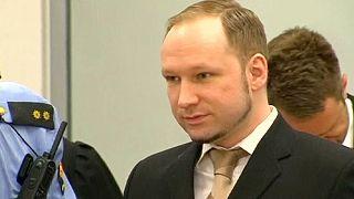 Assassino norueguês queixa-se de tratamento desumano
