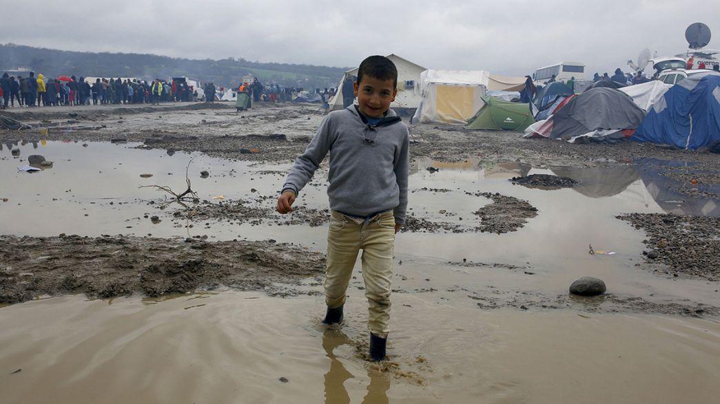 """Il commissario Ue alle Migrazioni visita Idomeni: """"Chi è arrivato illegalmente dovrà tornare indietro"""""""