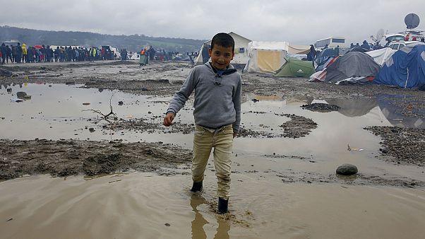 """من إيدوميني، المفوض الأوروبي لشؤون الهجرة يحث على """"توزيع طالبي اللجوء"""""""