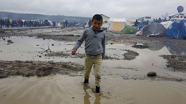 Las autoriadades macedonias devuelven a Grecia a los emigrantes que vadearon el río fronterizo ilegalmente