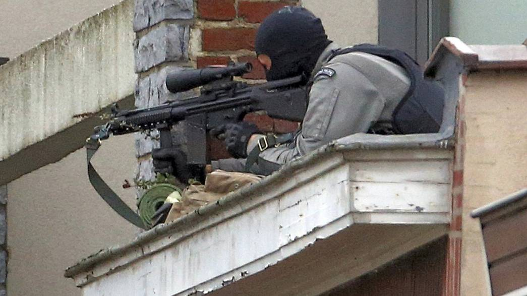 Las autoridades belgas identifican al pistolero abatido en Bruselas y buscan a los dos fugados