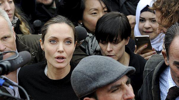 Angelina Jolie Yunanistan'da sığınmacılarla birlikte