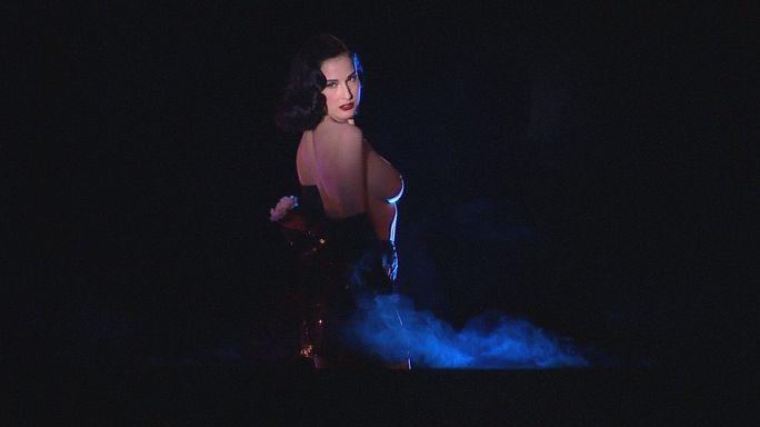 """ملكة الرقص الهزلي ديتا فون تيسي في ملهى """"الحصان المجنون"""" الباريسي"""