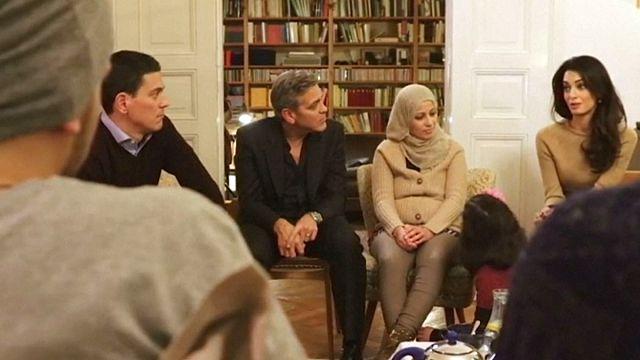 Clooney çifti Berlin'de Suriyeli sığınmacılarla bir araya geldi