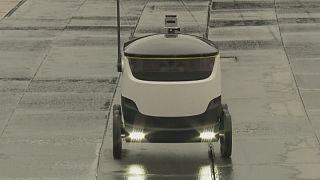 Transportroboter bringt das Päckchen vor die Haustür