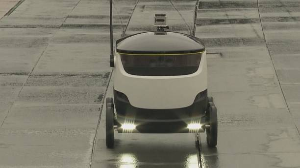 Robô com rodas circula sozinho e entrega encomendas
